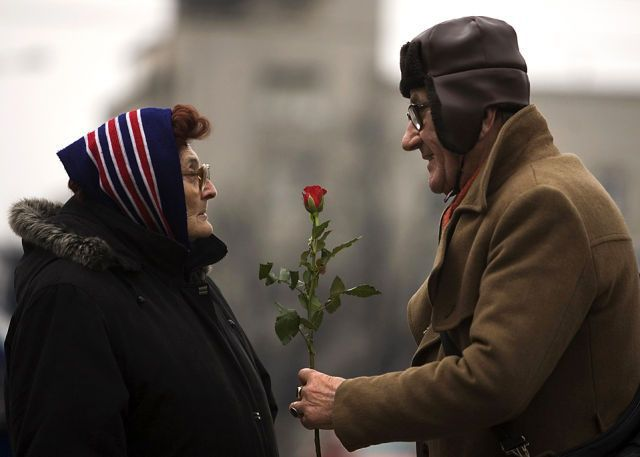 A man offers a rose to a woman to mark International Women's Day in Belgrade March 8, 2010. REUTERS/Marko Djurica (SERBIA - Tags: ANNIVERSARY SOCIETY IMAGES OF THE DAY)